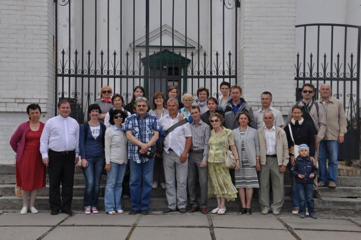 Прочани з п. Олександром Кузьменком біля костелу в Білій Церкві